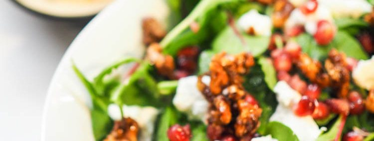 Wintersalat mit Ziegenkäse, karamellsierten Walnüssen, Granatapfel und Feigendressing